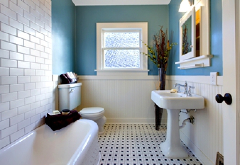 Retro looking bathroom with free-standing tub and pedestal sink
